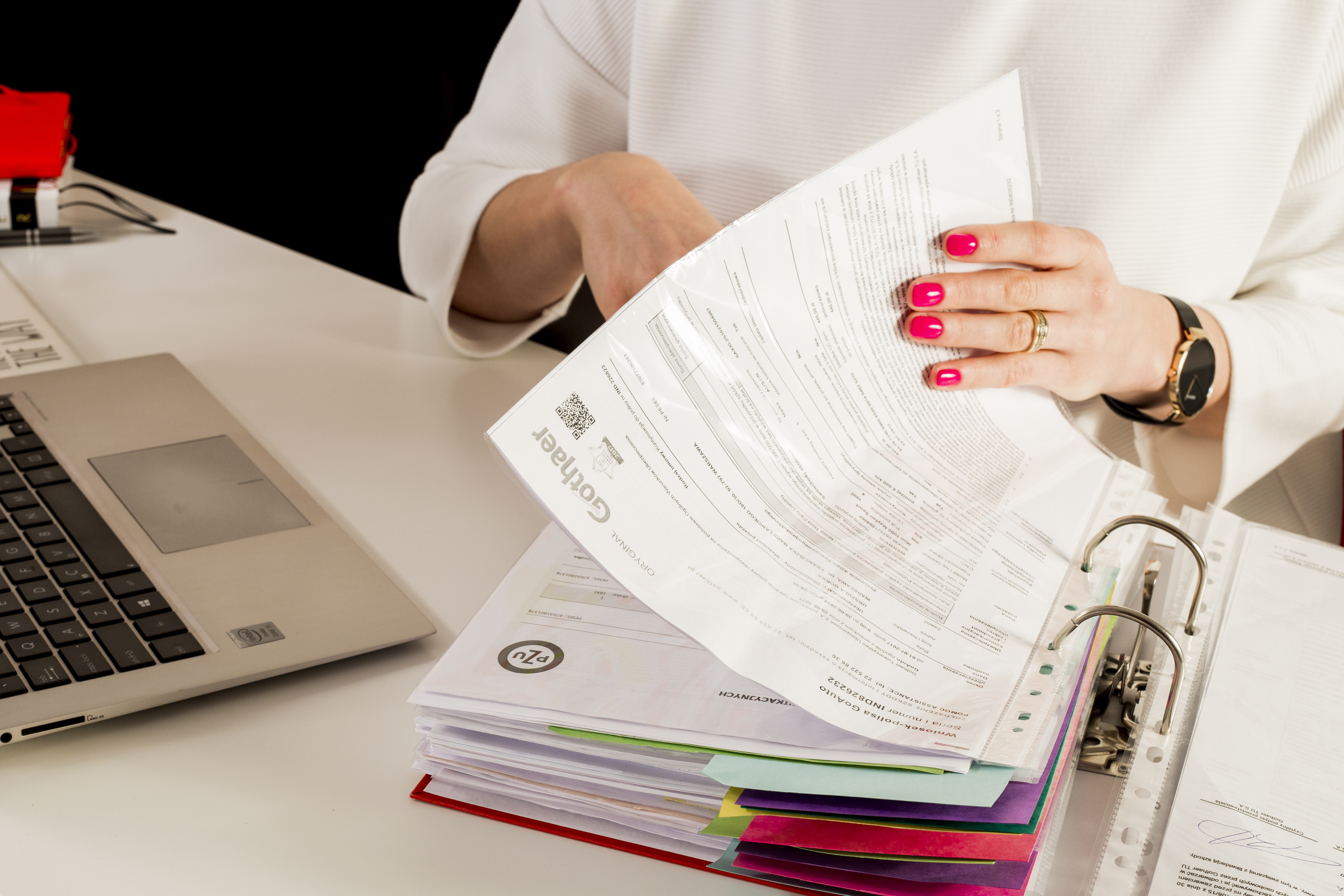porządek-segregator-dokumenty-biuro